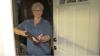 Nonna di 78 anni tiene sotto tiro l'intruso fino all'arrivo della polizia