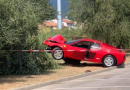 Fa il figo con la Ferrari ma sbatte contro un albero…