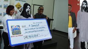 Vince alla lotteria ma per ritirare il premio si presenta in maschera per non farsi riconoscere