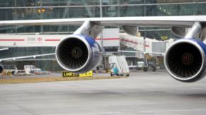 """Lanciano una moneta nel motore dell'aereo come """"portafortuna"""". Arrestate due donne cinesi"""