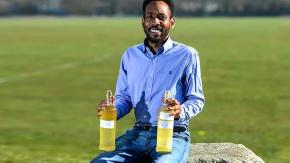 """Uomo beve la sua urina invecchiata perché lo rende """"più sano ed intelligente"""""""