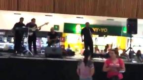 Centro commerciale si allaga: la band comincia a suonare Titanic!