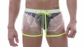 Pantaloncini trasparenti per uomo: l'ultima moda estiva!