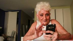 Nonna di 83 anni usa Tinder per trovare uomini più giovani!