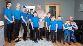 Madre di 10 maschi dà finalmente alla luce una bambina!