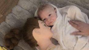 Usa la testa di una bambola per far addormentare suo figlio: ora lui ne è ossessionato!