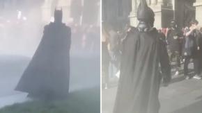 Durante le proteste in America un uomo vestito da Batman compare in una nuvola di fumo