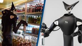 Un robot con testa a forma di gatto impila gli oggetti negli scaffali dei negozi giapponesi
