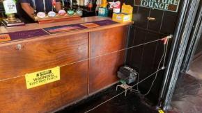 Pub installa una recinzione elettrica per far mantenere le distanze dal bancone