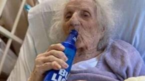Bisnonna di 103 anni celebra la sconfitta del coronavirus con una birra!