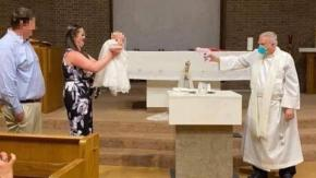 Sacerdote battezza i bambini con una pistola ad acqua