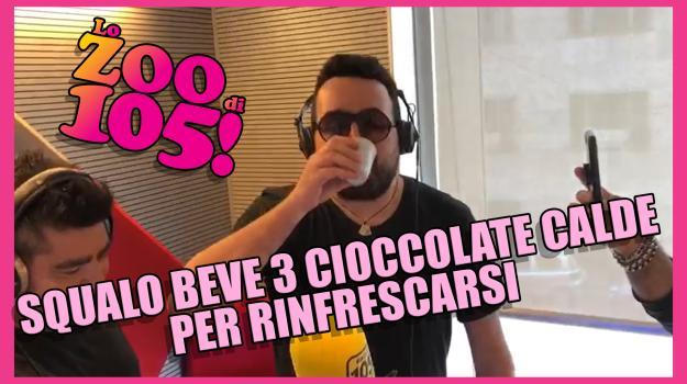 Squalo beve tre cioccolate calde per RINFRESCARSI